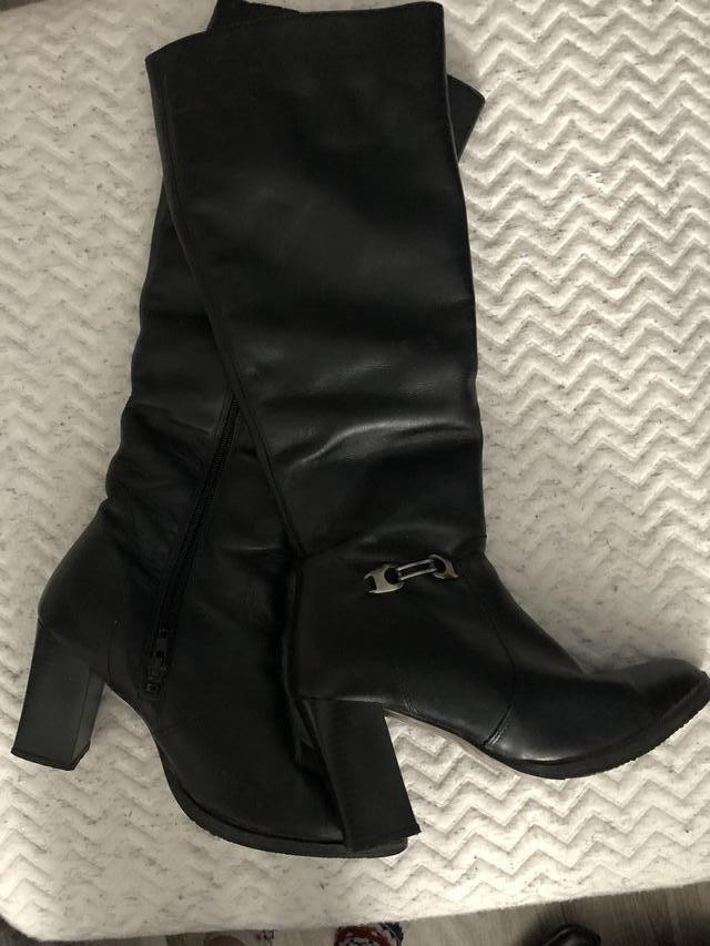 Lady's Black Leather Knee Length Boots (Fur Lined) Size 39