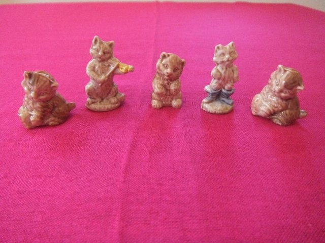 Vintage Wade 5 Small Ceramic Cat figurines Perfect condition